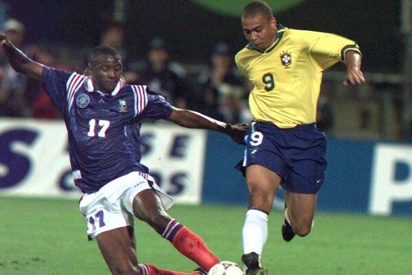 Ronaldo lucha por la pelota con su contrincante francés Patrick Vieira   - Sputnik Mundo