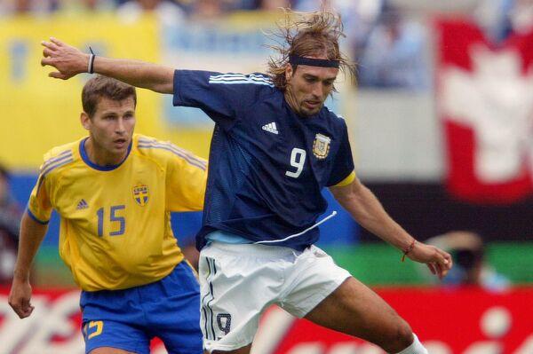 El futbolista argentino Gabriel Batistuta controla la pelota en un partido de la Copa Mundial 2002  - Sputnik Mundo