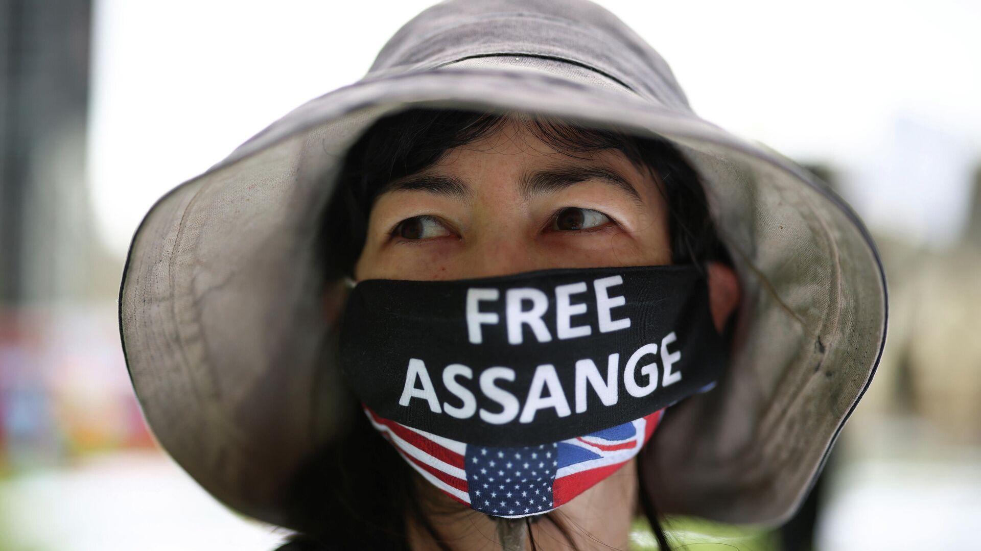 Manifestante durante la protesta el día del 50 cumpleaños de Julian Assange en Londres (Reino Unido), el 3 de julio del 2021 - Sputnik Mundo, 1920, 03.07.2021