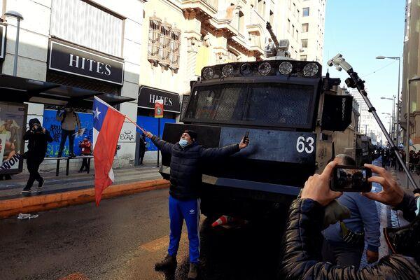 Un manifestante  - Sputnik Mundo