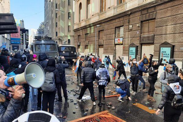 Manifestantes frente a la policía - Sputnik Mundo