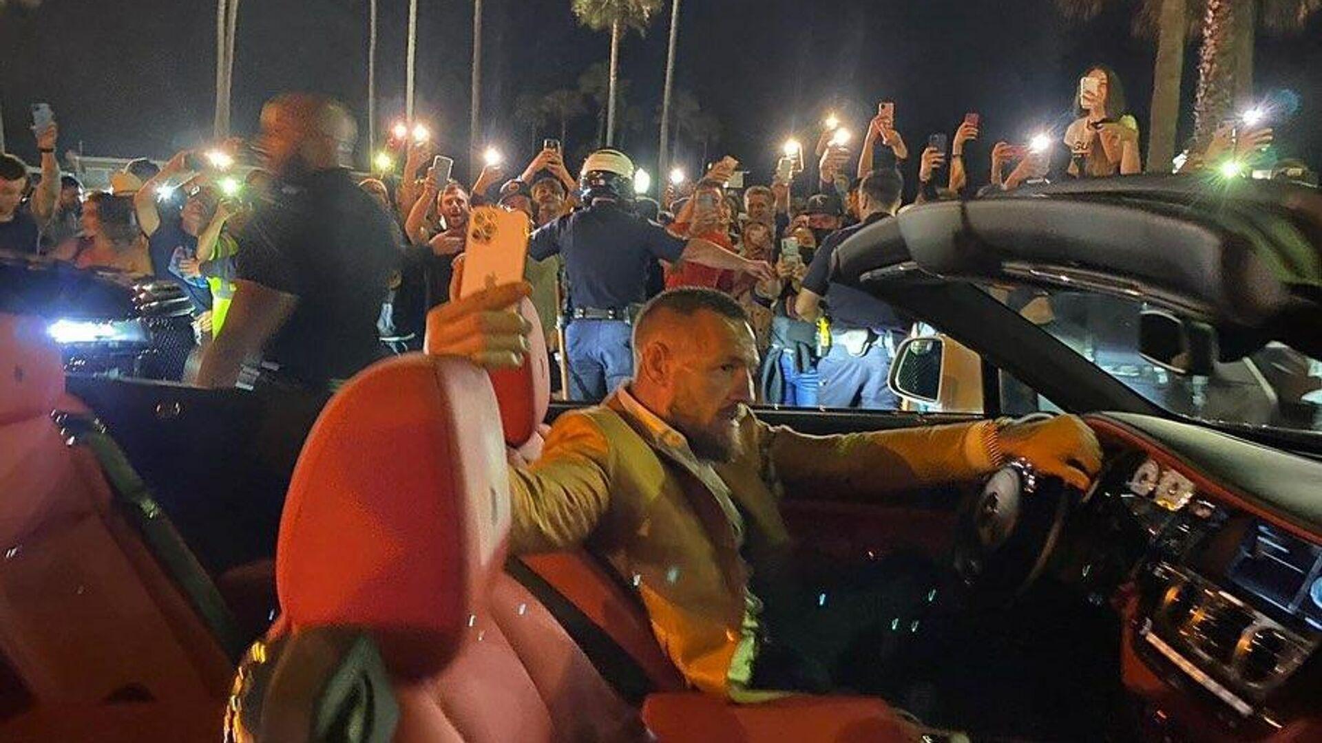 Conor McGregor, luchador irlandés de artes marciales mixtas, en su coche - Sputnik Mundo, 1920, 04.07.2021