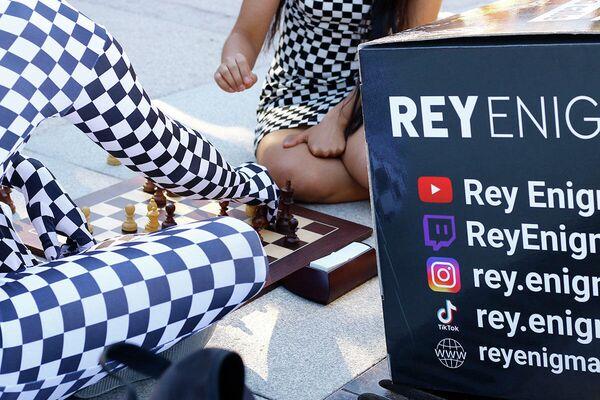 El llamado Rey Enigma juega al ajedrez en el parque de El Retiro de Madrid - Sputnik Mundo