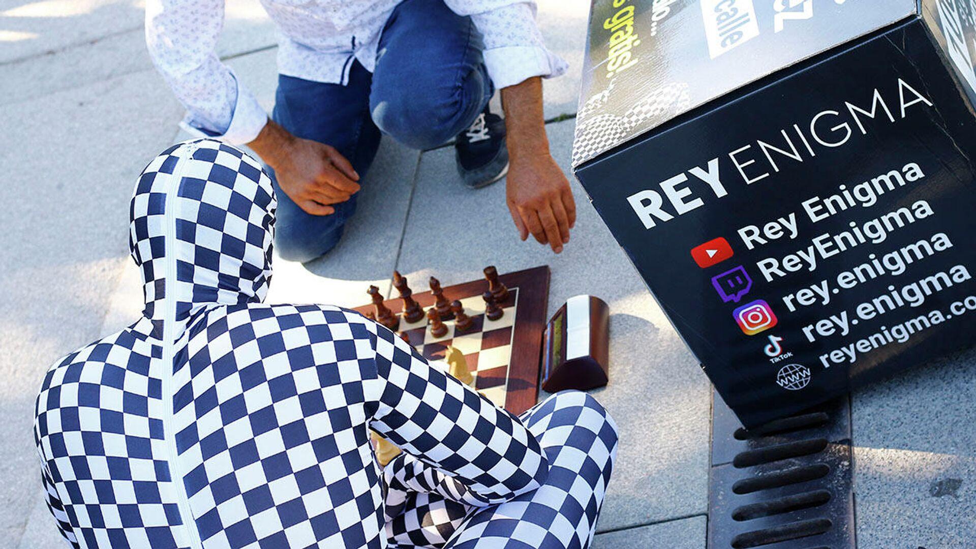 El llamado Rey Enigma juega al ajedrez en el parque de El Retiro de Madrid - Sputnik Mundo, 1920, 08.07.2021