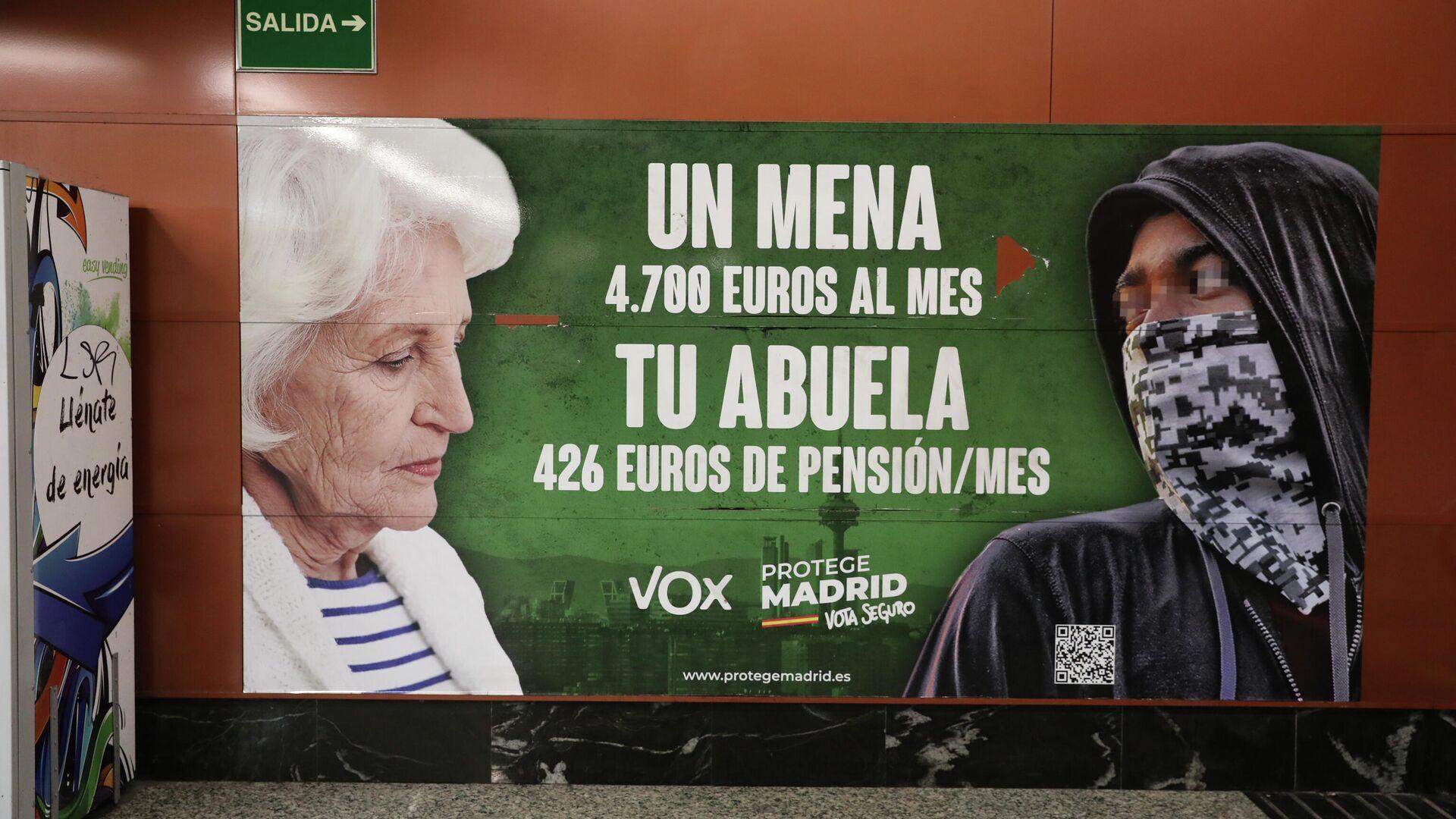 Cartel electoral de Vox contra los mena en la estación de Cercanías de Sol (Madrid) - Sputnik Mundo, 1920, 05.07.2021