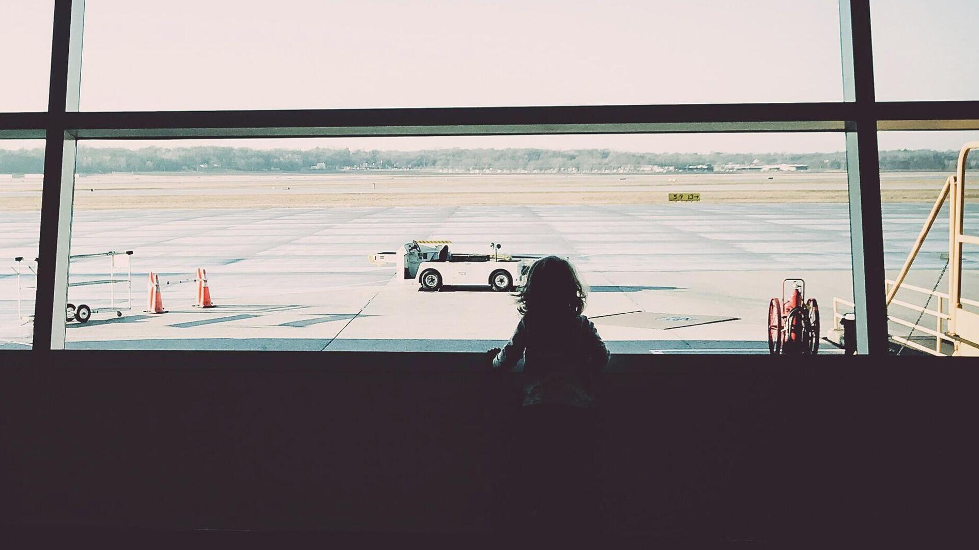 Una niña en el aeropuerto - Sputnik Mundo, 1920, 05.07.2021