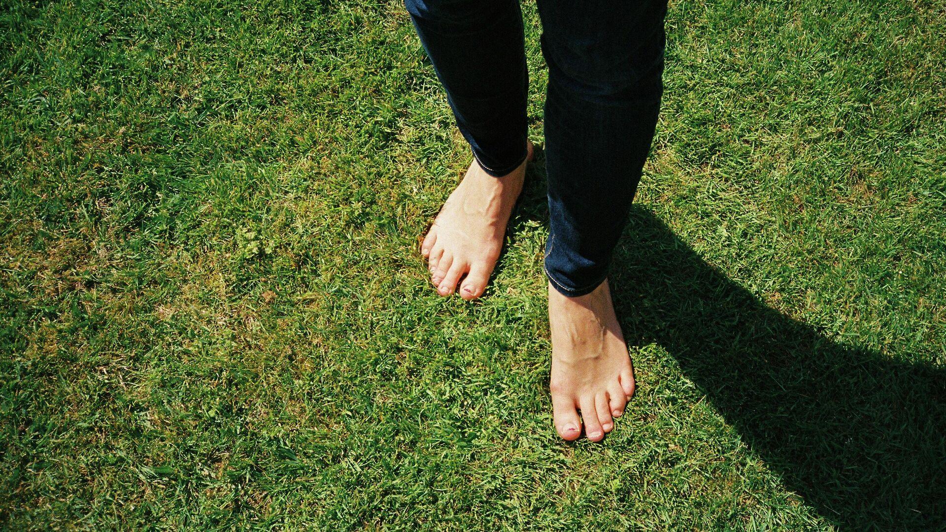 Una persona camina sin zapatos - Sputnik Mundo, 1920, 05.07.2021