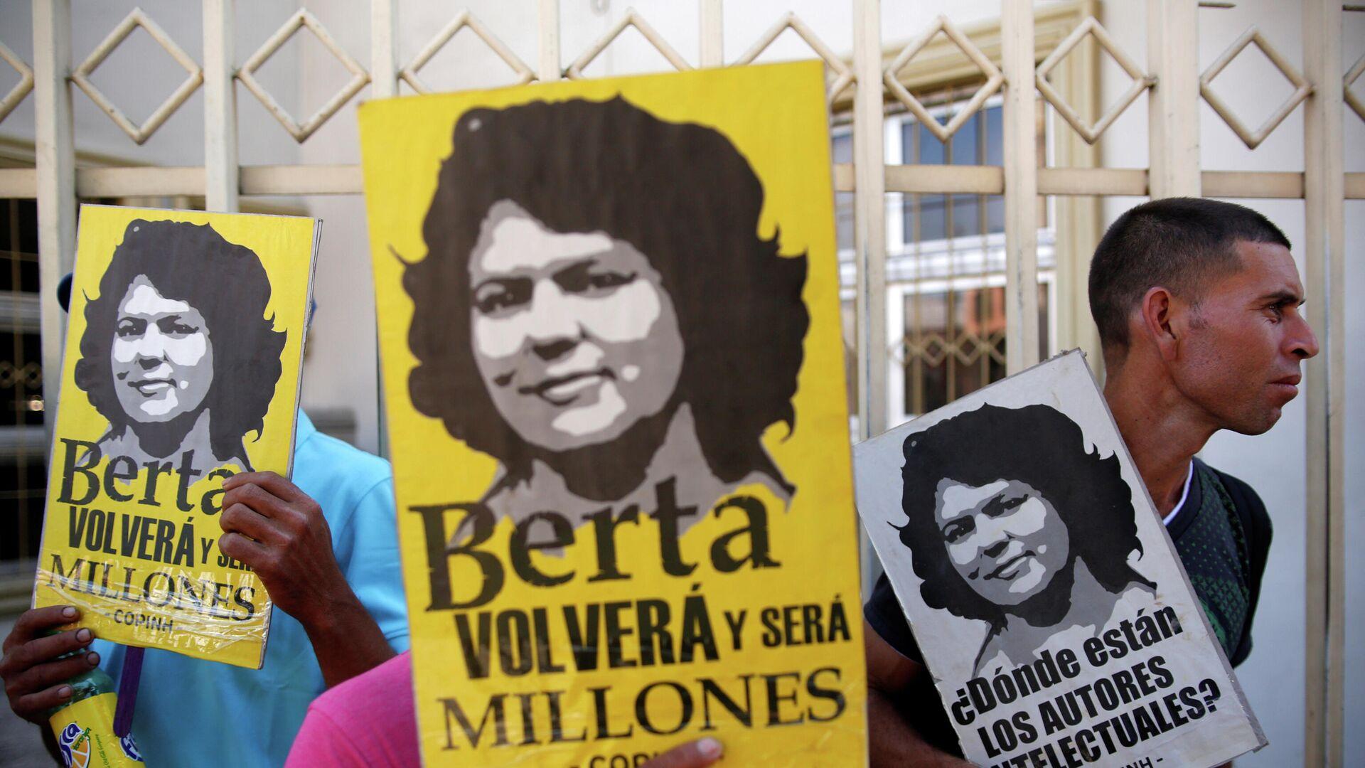 Personas con los retratos de Berta Cáceres - Sputnik Mundo, 1920, 05.07.2021