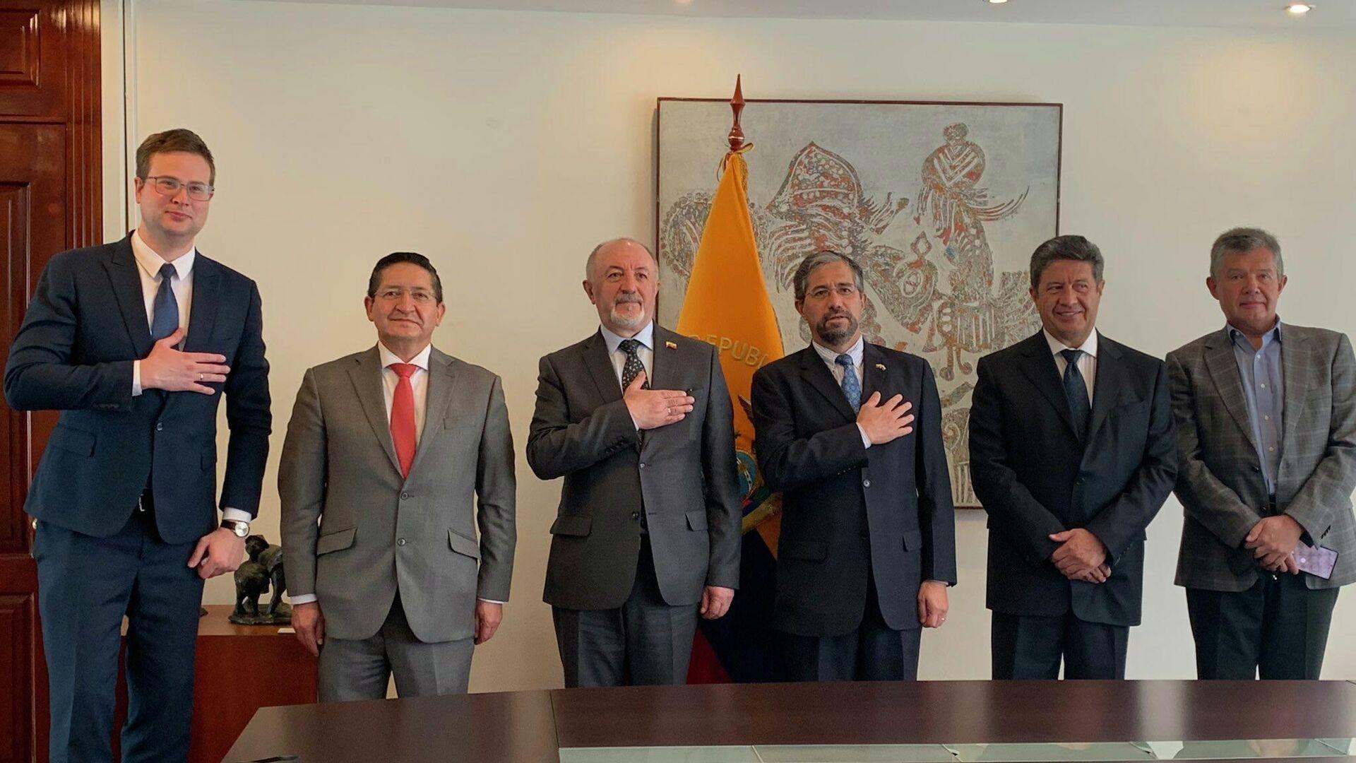 Al centro, embajador ruso en Quito, Vladimir Sprinchan, junto a Mauricio Montalvo, canciller de Ecuador - Sputnik Mundo, 1920, 05.07.2021