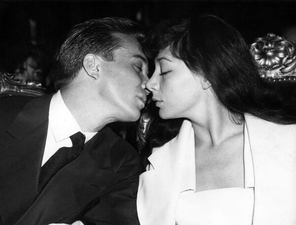La actriz y cantante francesa Juliette Gréco con su esposo Philippe Lemaire se dan un beso tras haber celebrado su boda en París, 1953.  - Sputnik Mundo