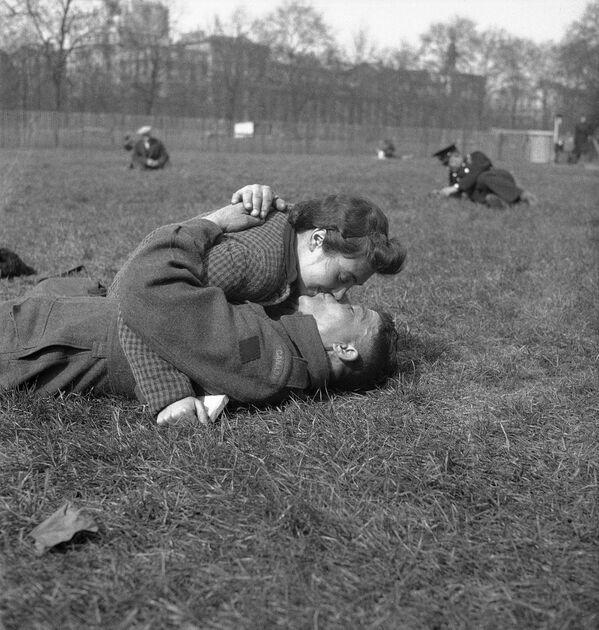 Un soldado canadiense besa a su novia en un parque de Londres, Reino Unido, 1942. - Sputnik Mundo