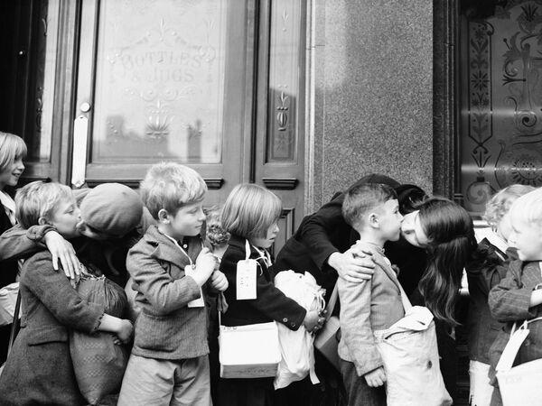 Madres besan a sus hijos, alumnos de la Escuela Forster en Londres, antes de ser evacuados en el Reino Unido, 1939. - Sputnik Mundo