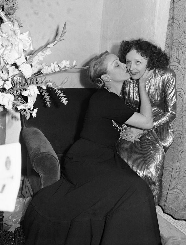 En 1896 se filmó por primera vez una película que tenía como tema central al beso. The Kiss, de Thomas Edison, solo dura 30 segundos. En la foto: La actriz Marlene Dietrich saluda a la cantante Edith Piaf después de una actuación en el Playhouse Theater, Nueva York, 1947. - Sputnik Mundo
