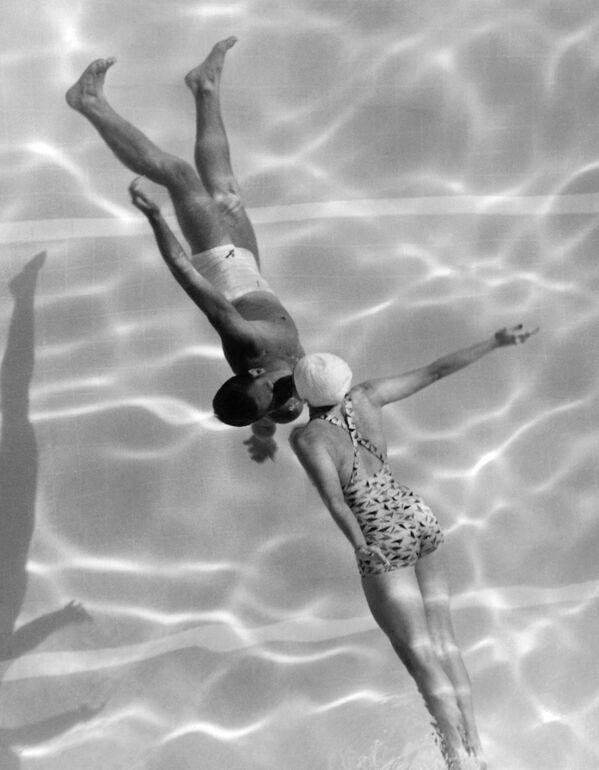Un beso en una piscina en California, EEUU. - Sputnik Mundo
