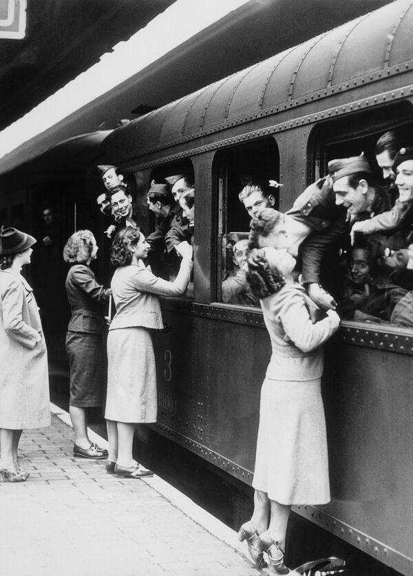 Esposas y novias despiden a los soldados, en la estación Gare du Nord en Bruselas, antes de ser enviados a la guerra. Bélgica, 1939. - Sputnik Mundo