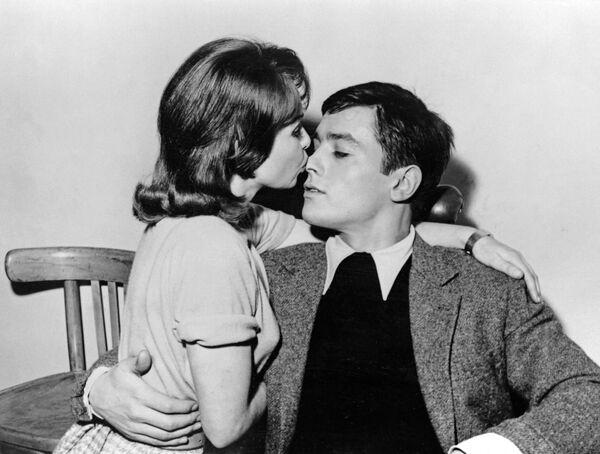 La actriz Françoise Arnoul y el actor Alain Delon se dan un beso durante el rodaje de la película Way of youth dirigida por Michel Boisrond en Billancourt Studios en París, 1959. - Sputnik Mundo