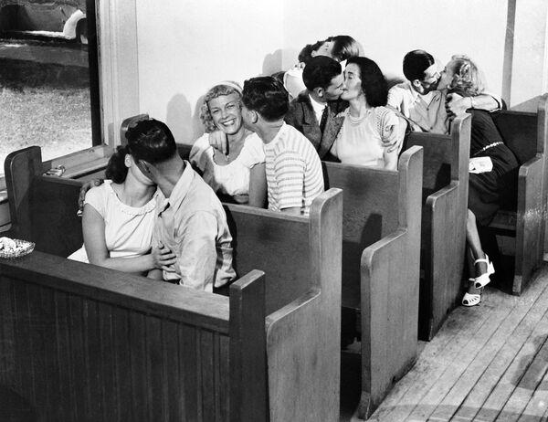 Varias parejas celebran una boda comunitaria en Las Vegas (Nevada, EEUU), también conocida como la capital mundial de las bodas por la facilidad y el bajo precio para casarse, 1950. - Sputnik Mundo