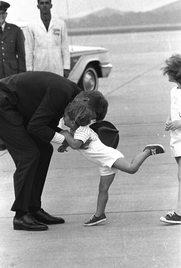 John F. Kennedy Jr. besa a su padre, el presidente de EEUU John F. Kennedy, en la base aérea de Otis en Massachusetts, 1963. - Sputnik Mundo