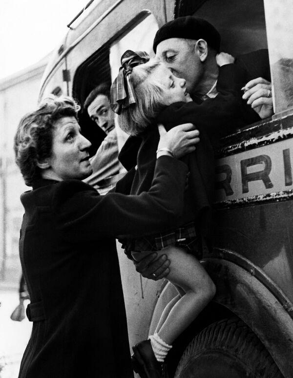 Un padre besa a su hija antes de partir a la guerra, Cherbourg, Francia 1944. - Sputnik Mundo