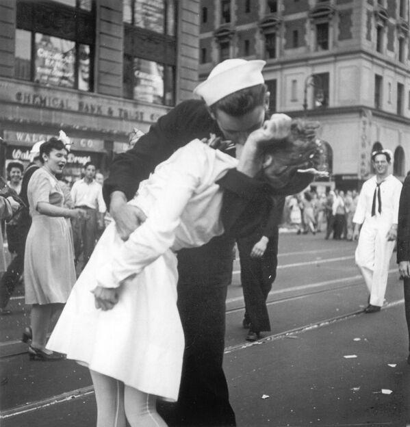 La fotografía del beso que un marinero le da a una enfermera en Times Square, en Manhattan, tras el anuncio del fin de la Segunda Guerra Mundial, es una de las más famosas del mundo. Nueva York, Estados Unidos, 1945. - Sputnik Mundo