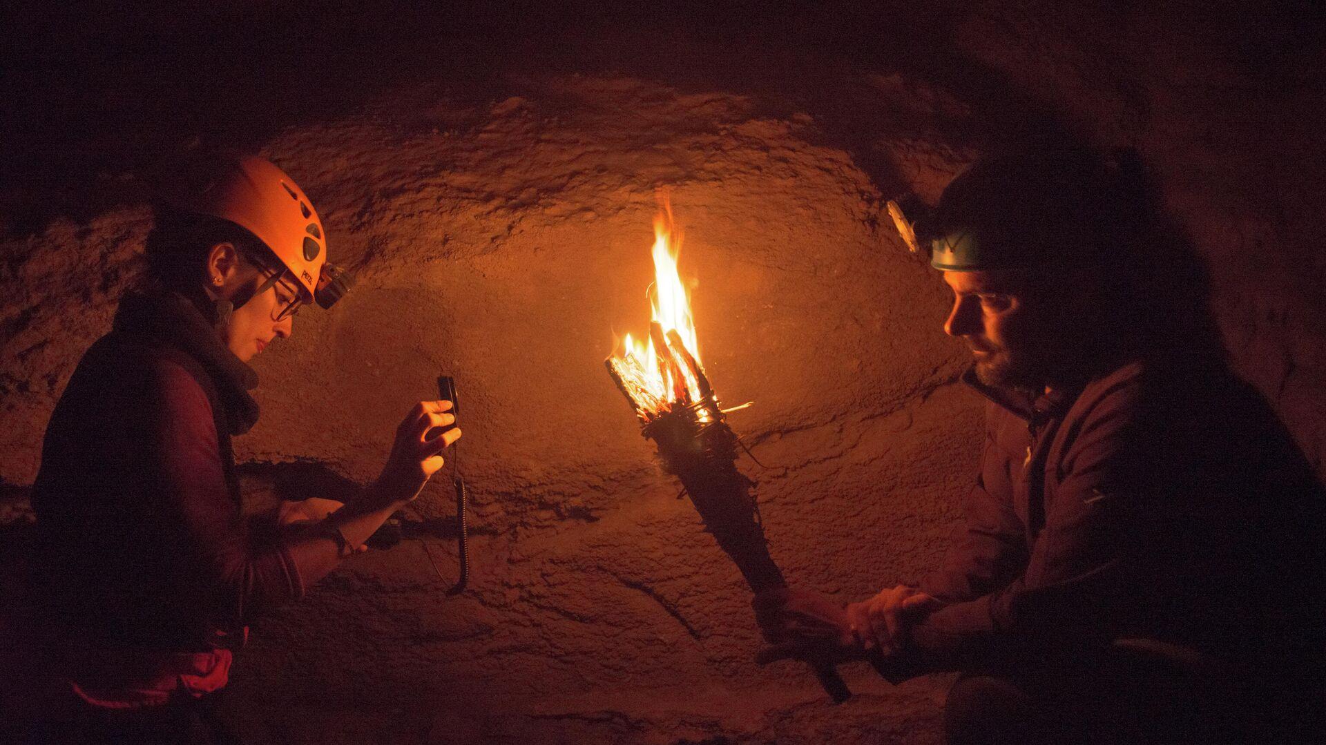 Investigadores españoles recreando el fuego dentro de una cueva - Sputnik Mundo, 1920, 06.07.2021