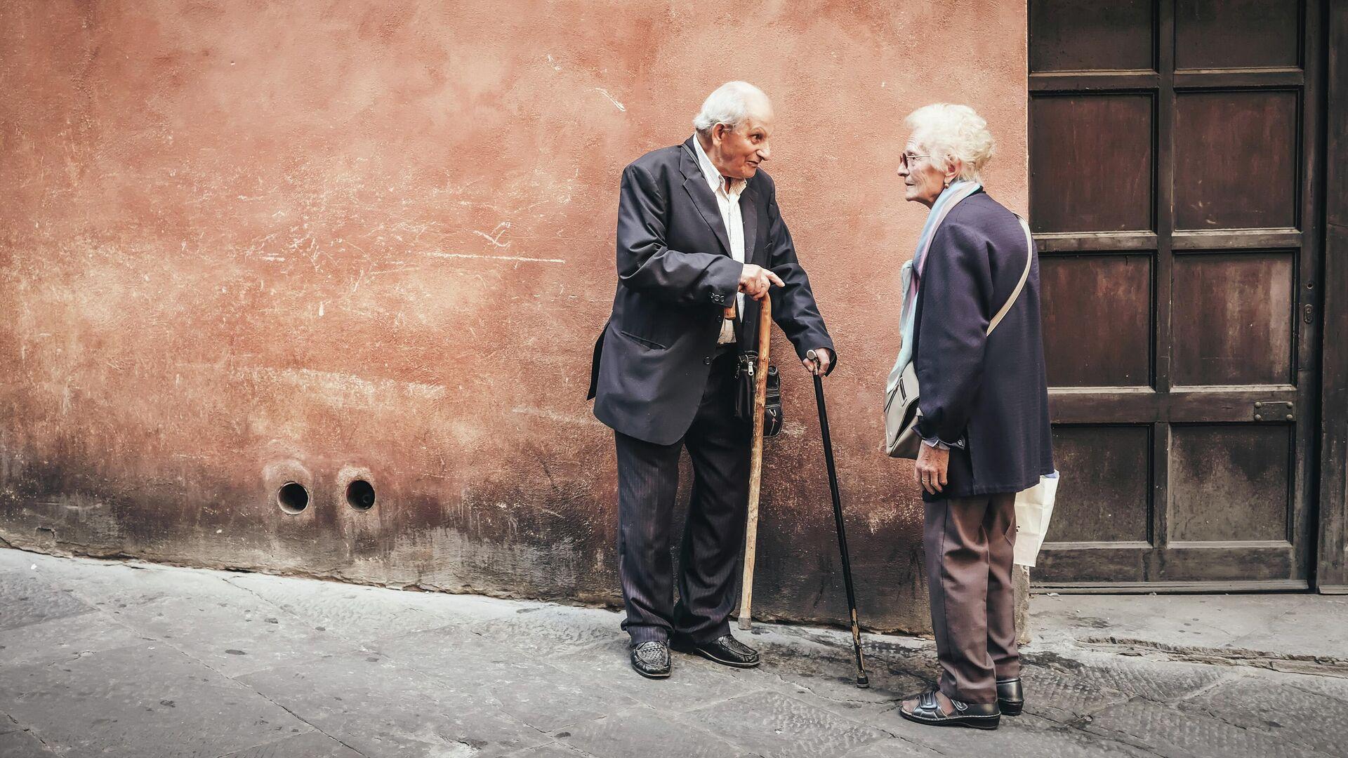 Unas personas mayores en una calle - Sputnik Mundo, 1920, 06.07.2021