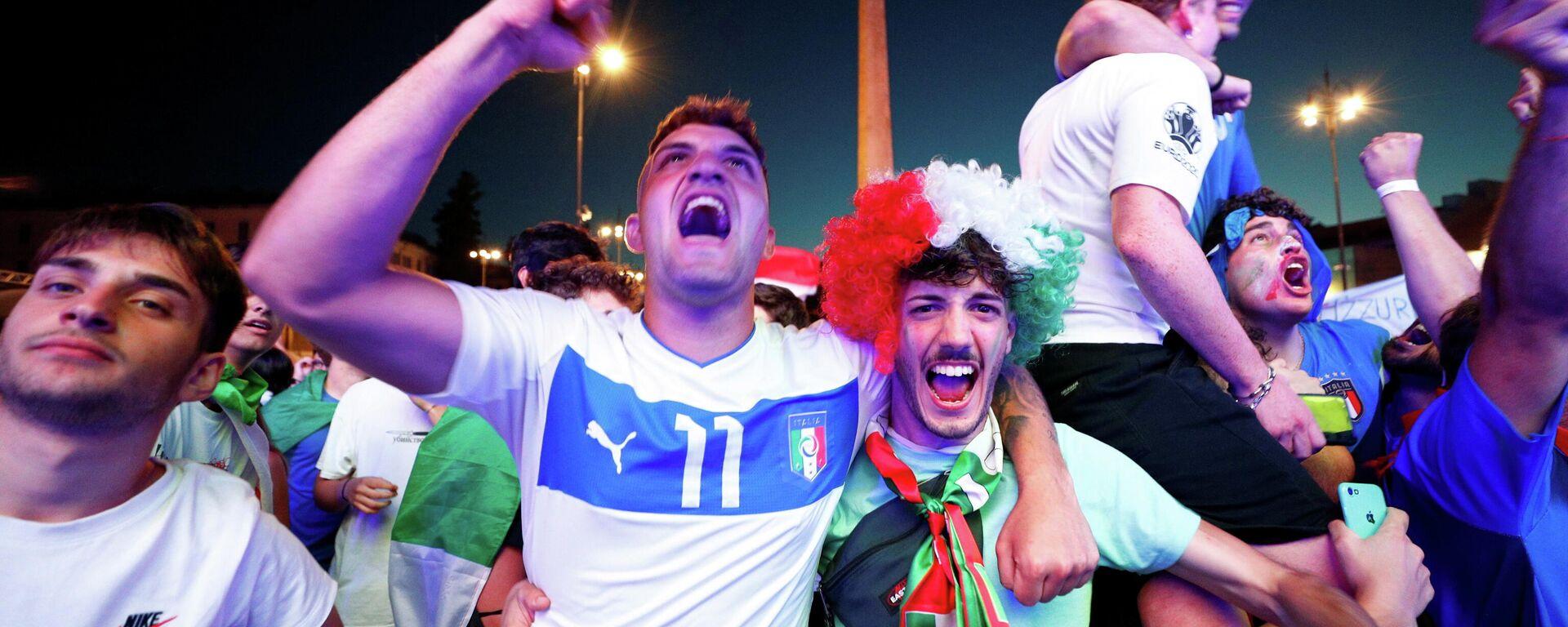 Unos hinchas de Italia durante la Eurocopa 2020 - Sputnik Mundo, 1920, 06.07.2021