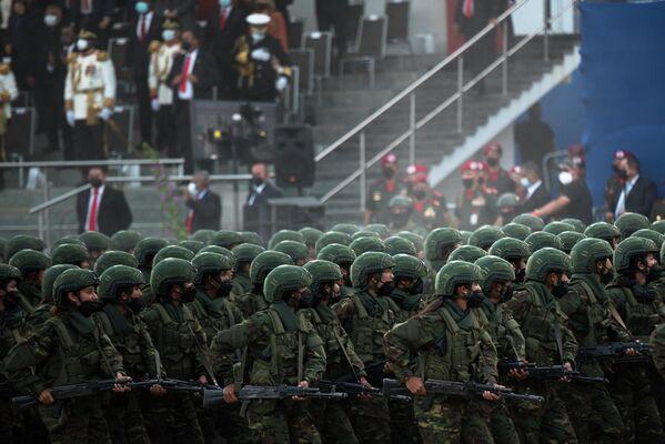 Los soldados durante el desfile militar en honor al Día de la Independencia de Venezuela. - Sputnik Mundo