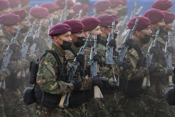 Hasta que se inició la lucha por la independencia que fue dirigida inicialmente por Francisco de Miranda (1750-1816). En la foto: Escuadrónes completos de soldados demuestran su patriotismo en el Día de la Independencia de Venezuela. - Sputnik Mundo