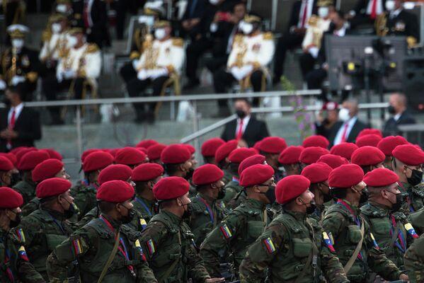 Varios soldados desfilan en honor al Día de la Independencia de Venezuela. - Sputnik Mundo
