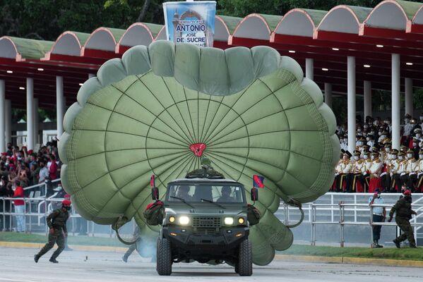 Bajo el mando de Francisco de Miranda que Venezuela fue proclamada independiente el 5 de julio de 1811. En la foto: un militar abre su paracaídas a bordo de un todoterreno. - Sputnik Mundo
