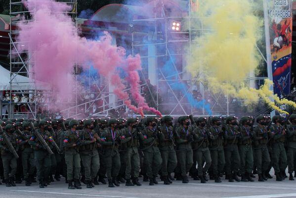 Bolívar, honrado con el título de Libertador, se convirtió en presidente de la Gran Colombia, que incluía Venezuela, la actual Colombia, Panamá y Ecuador. En la foto: un escuadrón de soldados durante el desfile militar en honor al Día de la Independencia venezolana.  - Sputnik Mundo