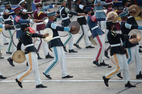 Los músicos militares interpretan melodías alusivas al Día de la Independencia durante el desfile militar. - Sputnik Mundo