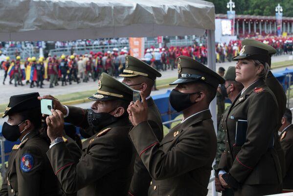 Durante el desfile se tomaron varias fotografías a los escuadrónes de soldados desfilando. - Sputnik Mundo