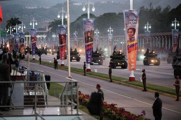 Después de que Miranda fuera capturado por las autoridades españolas en 1812, la revolución fue dirigida por Simón Bolívar. En la foto: una vista panorámica del desfile militar en honor a la independencia venezolana. - Sputnik Mundo