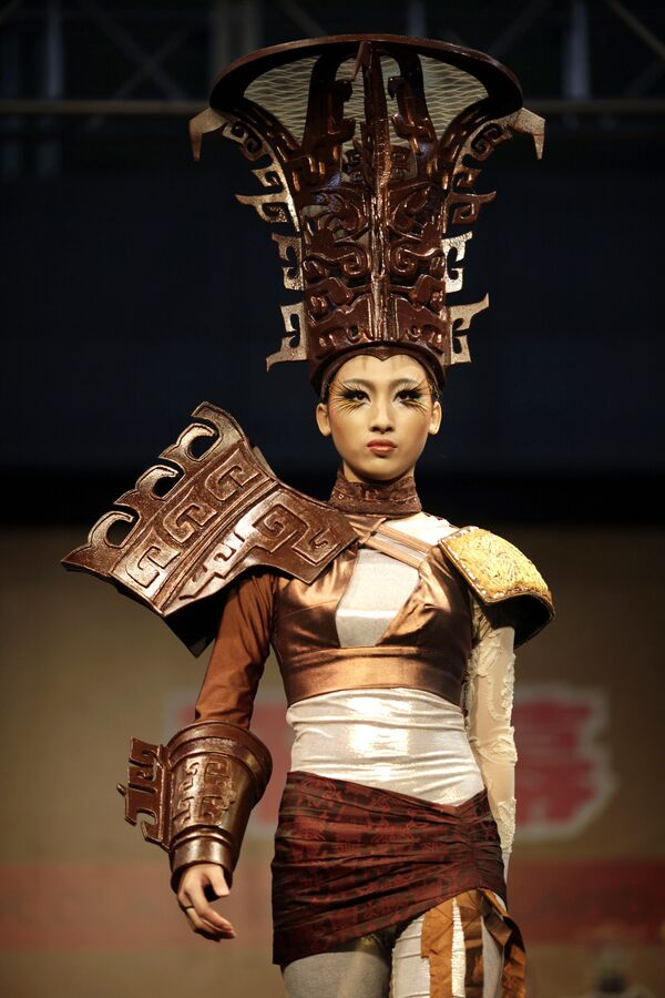 Una modelo con un traje parcialmente hecho de chocolate durante un desfile de moda en Shanghái (China), 2011.  - Sputnik Mundo