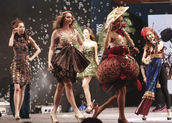 Unas modelos desfilan ropas parcialmente hechas de chocolate durante el Salon du Chocolat en Seúl (Corea del Sur), 2014. - Sputnik Mundo