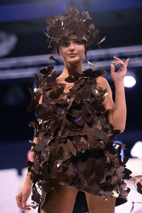 Una modelo exhibe un vestido de chocolate en el V Salón del Chocolate de Moscú, celebrado en la capital rusa en 2016. - Sputnik Mundo