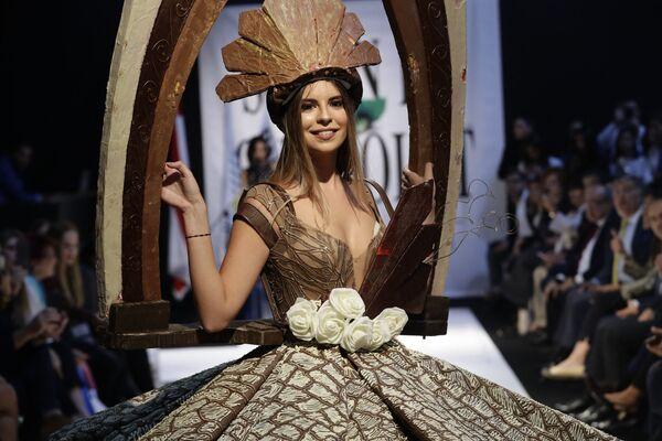 Una modelo posa con un vestido de chocolate en una feria del chocolate en Beirut (Líbano), 2018. - Sputnik Mundo