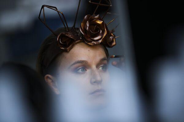 Una modelo se prepara para desfilar en el festival anual del chocolate en Bruselas (Bélgica), 2020. - Sputnik Mundo