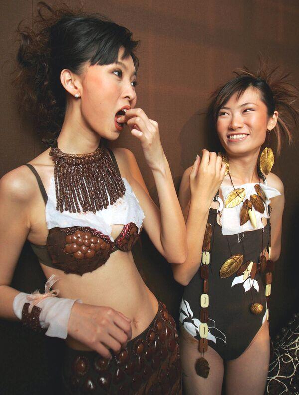 Unas modelos antes de un desfile en la inauguración del Salon Du Chocolat en Pekín (China), 2005. - Sputnik Mundo