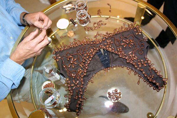 El chocolatero francés Henri Leroux prepara un corpiño de chocolate para una prueba en París (Francia), 2001. - Sputnik Mundo