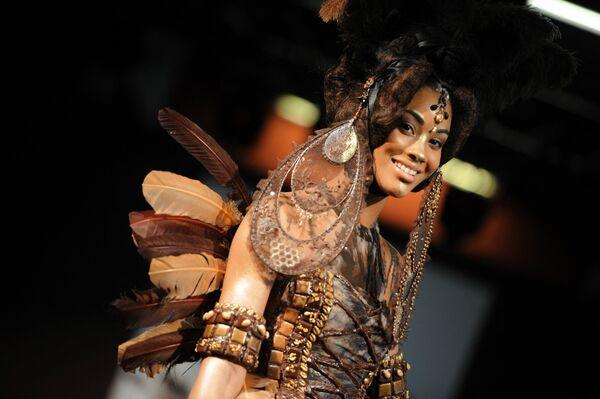 Una modelo presenta un vestido de chocolate en el Salon du Chocolat de Burdeos (Francia), 2013. - Sputnik Mundo