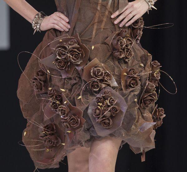 La presentadora de televisión francesa Natacha Polony exhibe un vestido de chocolate durante un desfile en el 19 World Chocolate Fair en París (Francia), 2013. - Sputnik Mundo