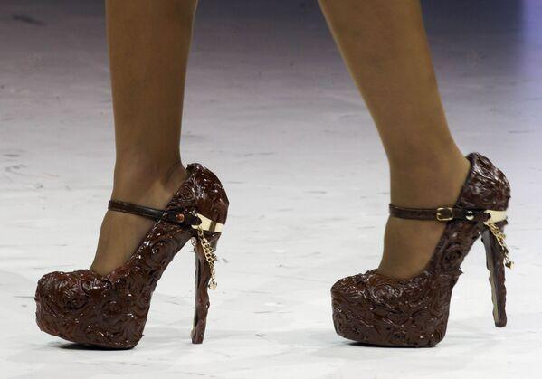 La actriz francesa Laurence Roustandjee desfila con zapatos de chocolate durante en el XIX World Chocolate Fair en París (Francia), 2013. - Sputnik Mundo