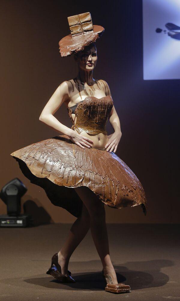 Una modelo desfila con un atuendo de chocolate hecho por la diseñadora Emmie Wang y el chef Giancarlo Cortinovis en la feria del chocolate de Milán (Italia), 2017. - Sputnik Mundo