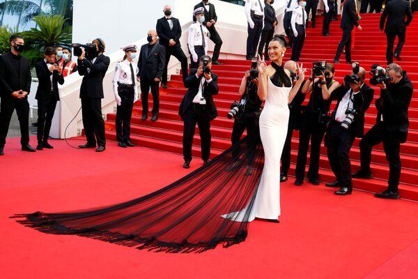 La modelo Bella Hadid en la alfombra roja del primer día de la edición de 2021 del Festival de Cannes. - Sputnik Mundo