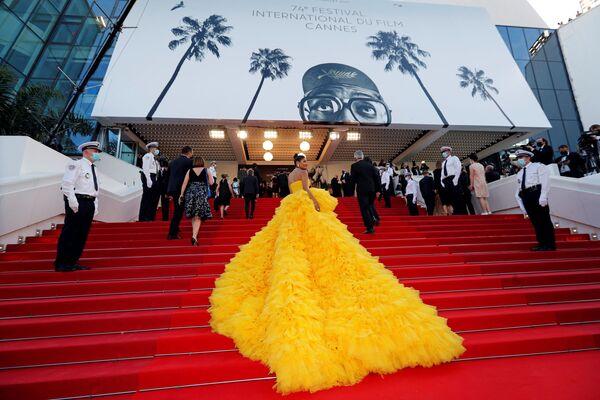 Unos invitados cruzan la alfombra roja de la 74 edición del Festival de Cannes. - Sputnik Mundo