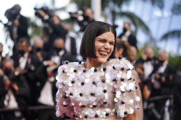 La cantante Soko posa para los fotógrafos al llegar al festival de cine en Francia. - Sputnik Mundo