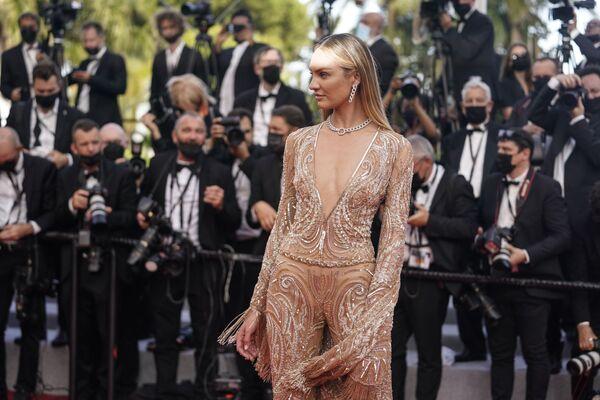 La modelo Candice Swanepoel posa para los fotógrafos al llegar al Festival de Cannes. - Sputnik Mundo